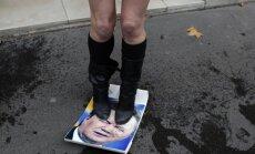 Foto: 'Femen' aktīvistes apčurā Janukoviča attēlus