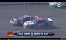 Video: NASCAR cīņā par uzvaru līderi saskrienas un pēc avārijas arī izkaujas