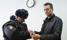 Krievijas tiesa liek Navaļnijam no interneta aizvākt filmu par Medvedevu un Usmanovu