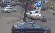 ВИДЕО: Автомобиль BMW сбил бывшего мэра Каунаса
