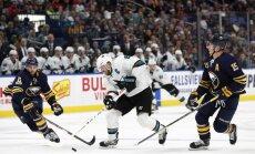Girgensona pārstāvētā 'Sabres' mača beigu daļā ielaiž vārtus un zaudē 'Sharks'