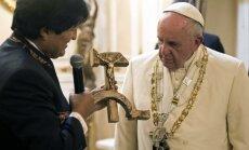 Foto: Pāvests apmulst Bolīvijas prezidenta savdabīgās dāvanas dēļ