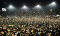 Video: 67 tūkstoši fanu laukumā metas sveikt NCAA komandu ar uzvaru