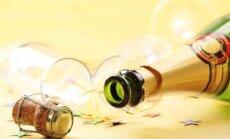 Video: Kā tukšu stikla pudeli pārvērst elegantā galda dekorā