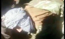 Video: Sīrijas nemiernieki parāda mirušu notriektā Su-24 pilotu