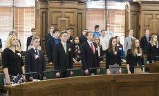 Foto: Parlamentā ievēlētie jaunieši dod deputāta svinīgo solījumu