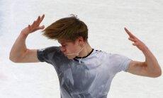 Daiļslidotājs Vasiļjevs ar personisko rekordu PČ īsajā programmā pietuvojas olimpiskajai ceļazīmei