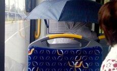 Aculiecinieka foto: Pasažiere autobusā slēpjas no nokrišņiem