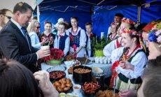 Foto: Pie bagātīgi klātiem galdiem Daugavpilī atzīmē Latgales kongresa simtgadi