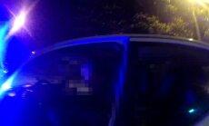 Video: Vīrietis 2,5 promiļu reibumā un bez autovadītāja apliecības ietriecas policijas auto