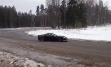 Video: Ar 'Corvette' izdriftē Smiltenes pagrieziena rotācijas apli