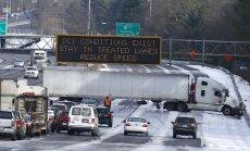 Sniega vētra paralizē ASV dienvidus; cilvēki nakšņo skolās un automašīnās