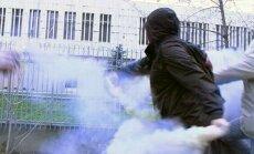Kreisie radikāļi ar dūmu svecēm apmētā Polijas vēstniecību Maskavā