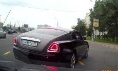 Video: 'Rolls-Royce' vadītājs aizsvilstas, ka kungam nedod ceļu