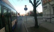Video: Trolejbuss triecas virsū riteņbraucējam