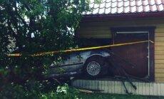Foto: Daugavpilī 'BMW' ielido ēkas sienā
