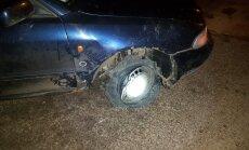 Riepas vietā gumijas ļerpata – Ķengaragā dzērājšoferis pārvietojas ar bojātu 'Audi'