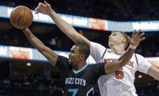 Porziņģim 25 punkti 'Knicks' zaudējumā; Bertāns negūst punktus 'Spurs' uzvarā