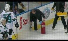 Video: NHL spēlē ar ugunsdzēšamo aparātu labo ledu