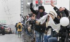 Maskavā tūkstošiem opozīcijas atbalstītāju pulcējas uz Dārzu loka ietvēm, veidojot dzīvo ķēdi