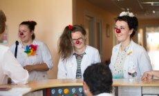 Rēzeknes slimnīcas mazos pacientus turpmāk palīdzēs atveseļot divi dakteri Klauni