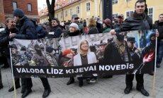 Foto: Ap 150 cilvēku pie IZM piketā atbalsta izglītību krievu valodā