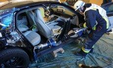 Foto: Vācijā ugunsdzēsēji mācās sagriezt jauno 'Porsche Panamera'