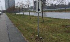 Pārvērtības Pārdaugavā: Rīta agrumā parādās jauna ceļa zīme un 40 eiro soda kvītis