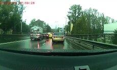 Video: 'Audi' Rīgā rupji pārkāpj satiksmes noteikumus
