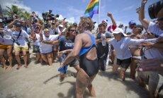 Pirmo reizi vēsturē peldot bez haizivju būra šķērso Floridas jūras šaurumu