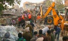 Indijā zem sabrukušas rūpnīcas drupām iesprostoti desmitiem cilvēku