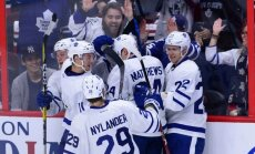 NHL drafta pirmais numurs Metjūss debijas spēlē pārraksta vēsturi