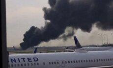 Čikāgas lidostā aizdegas lidmašīna