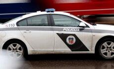 Policijas auto un bēgoša 'Mercedes Benz' sadursmē Rīgā cietuši trīs cilvēki