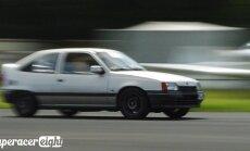 Video: Vecais 'Opel Kadett' dragreisā piesmej 'Ferrari'