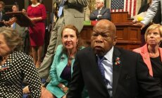 Sēdstreiks ASV Kongresā beidzas bez balsojuma par šaujamieročiem