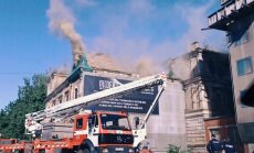 Pleskodālē deg neapdzīvota ēka; satiksme atjaunota (plkst. 21.13)