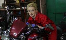 Video: Kā manikīru veic vīrietis, bet motociklu remontē sieviete? Jaunais realitātes šovs 'Kurš kuru'