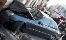 ЧП в центре Риги: Mercedes-Benz протаранил стену McDonald's