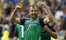 Eiropas čempionāta debitanti Ziemeļīrijas futbolisti pārspēj Ukrainas izlasi