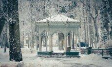 Foto: Sniega mežģīņu klātais Ķemeru kūrorta parks ar rotondu un sanatoriju