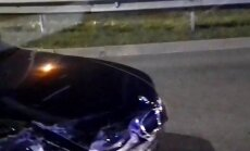 Divu automašīnu avārijā Sarkandaugavā cieš vīrietis
