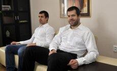 Foto: Formas nomainītas pret glaunu apģērbu – hokejisti viesojas Latvijas vēstniecībā Čehijā