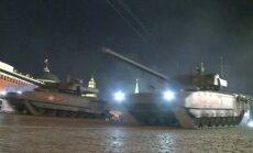 Video: Parādes mēģinājumā Maskavā brauc 'Armata' tanki un soļo ķīnieši