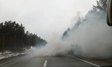 Video: Dūmu mutuļos ieskauts auto uz Rīgas apvedceļa