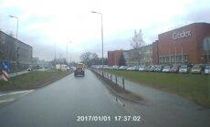Video: 'Rīgas satiksme' autobuss aizbrauc pie sarkanās gaismas