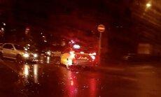 Video: Taksists aizbrauc 'zem ķieģeļa'