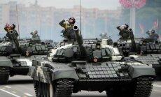 Foto: Minskā parādē izrāda tankus un traktorus