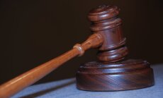 Vīrieti lūdz sodīt par viltotu tiesību izmantošanu un 73 eiro kukuļdošanu