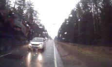 Lasītāja video: 'Ford Focus' vadītājs bez smadzenēm uz Ventspils šosejas